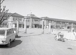 1965年4月栃一小正門.jpg