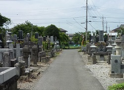 墓地の中の通路.jpg