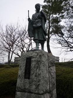 松尾芭蕉見返りの像.jpg