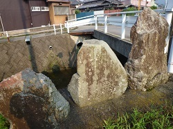 橋詰の三石.jpg
