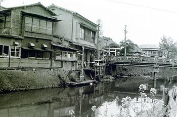 1979年4月開明橋と釜屋.jpg
