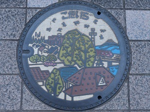 小平市カラーマンホール蓋.jpg