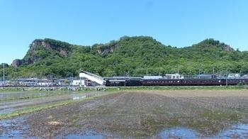岩舟駅に停車中のSL.jpg