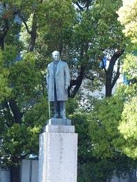 渋沢栄一の銅像.jpg