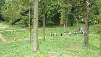 琵琶塚古墳を見学する小学生達.jpg