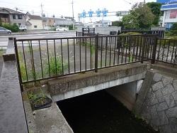 環状線の下を抜ける旧赤津川.jpg