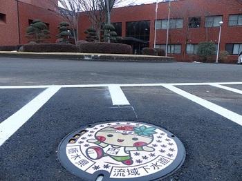県央浄化センター構内の「とちまるくん」マンホール.jpg