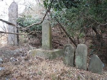 藤坂峠脇の石碑1.jpg