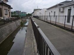 運動公園前の住宅地を流れる旧赤津川.jpg