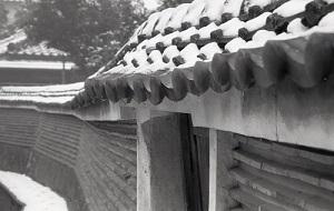雪の萬福寺築地塀.jpg
