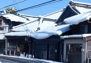 雪化粧した嘉右衛門町通り.jpg