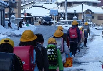 雪道を登校する小学生.jpg
